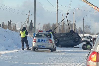 Фото, видео: в Кузбассе машина перевернулась из-за заноса на трассе