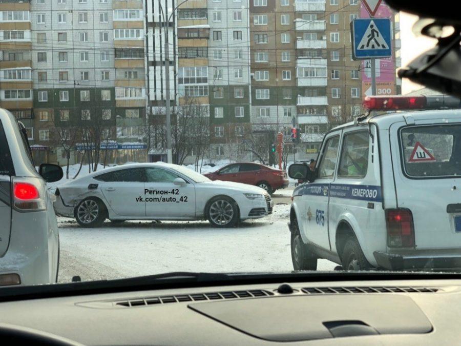 В серьёзном ДТП в Кемерове пострадала девушка