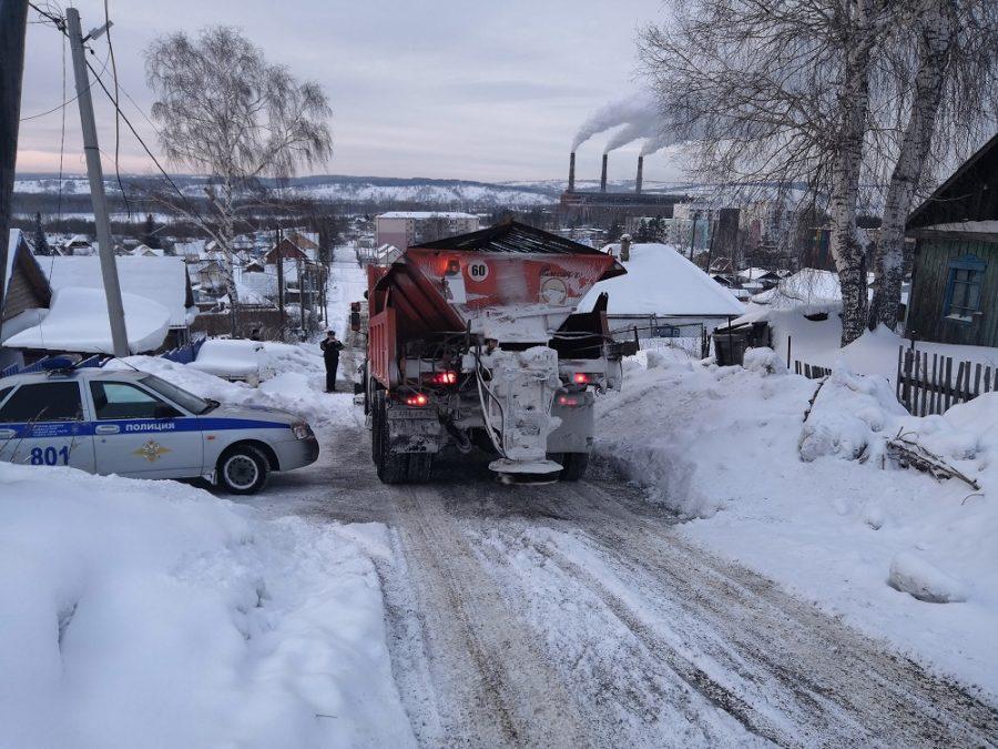 Куда смотрят родители: в Кузбассе дети устроили горку на дороге