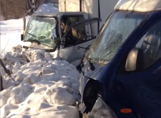 Видео: в Кемерове столкнулись два грузовика, пострадал человек