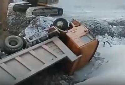 Видео: на кузбасском разрезе перевернулся гружёный самосвал