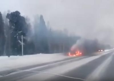 Видео: огонь уничтожил авто на кузбасской трассе