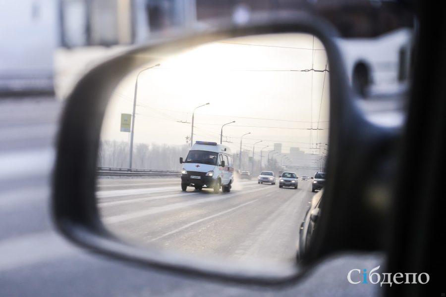 Видео: в Кемерове разбились две машины и фура