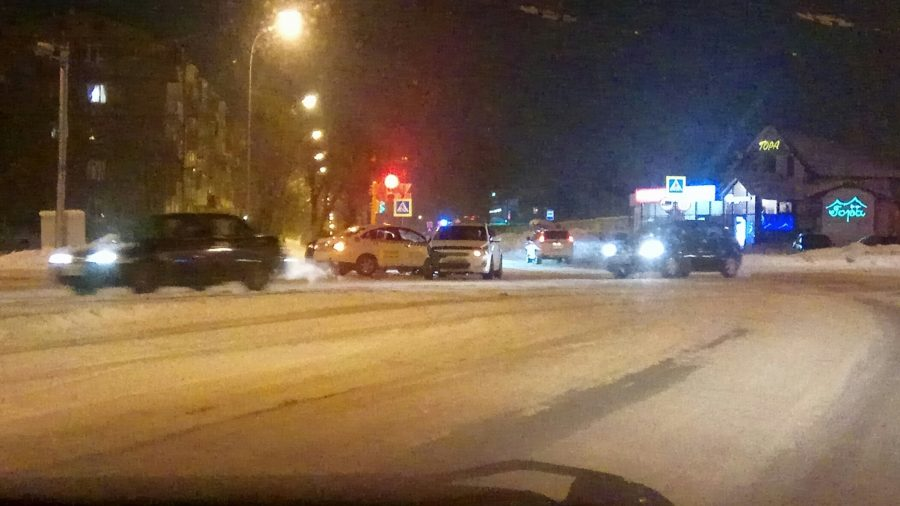 Фото: на кемеровском перекрёстке разбились две легковушки и такси
