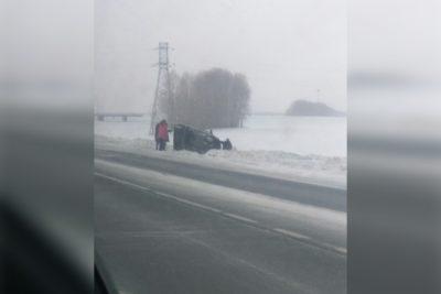 Фото: на кузбасской трассе перевернулась легковушка с ребёнком внутри