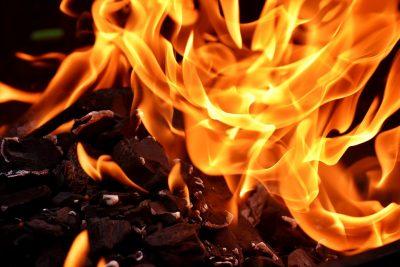 Валит дым: серьёзный пожар в Кемерове сняли на видео