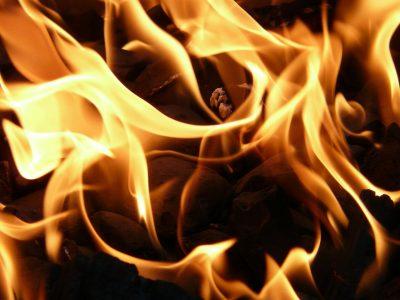 В Кузбассе ночью горел магазин в жилом доме