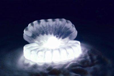 Уникальная скульптура: в Кемерове появилась ледяная светящаяся жемчужина