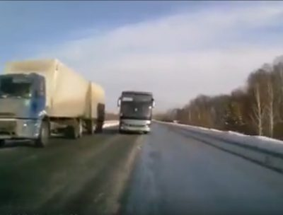 Видео: кузбассовец чудом избежал лобового столкновения с автобусом