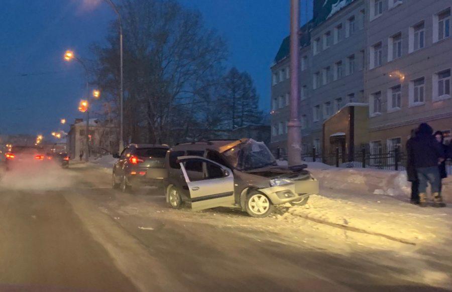 Фото, видео: в Кемерове в жёсткой аварии легковушка почти сложилась пополам
