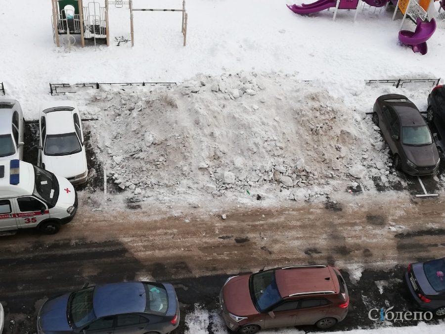 И так сойдёт: в кемеровском дворе убирали снег и завалили им парковки