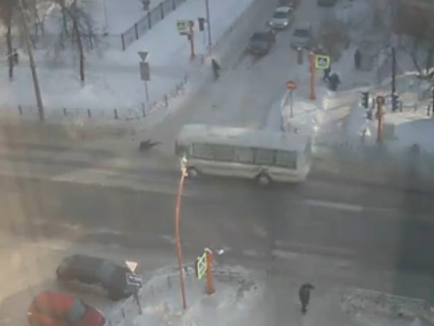 Видео: кемеровчанина сбила маршрутка, а он встал и ушёл
