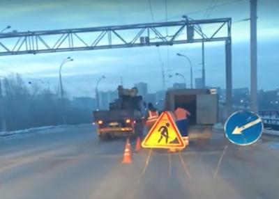 Вода и песок: как ремонтируют дороги в Кемерове