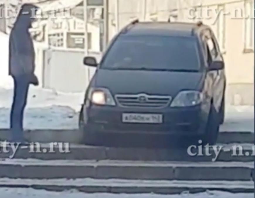 Видео: новокузнечанин пытался проехать по ступенькам на автомобиле