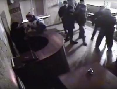 Видео: как подростки жестоко избили сотрудников Росгвардии в кузбасском кафе