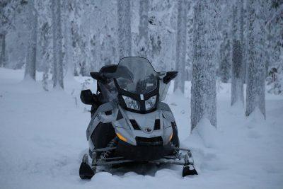 В Кузбассе столкнулись два снегохода, есть погибший