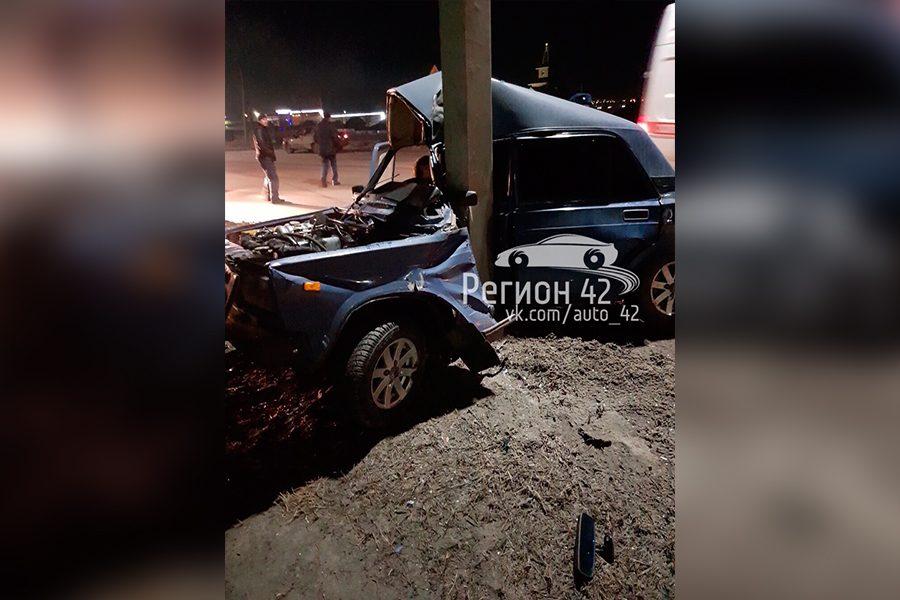 Фото: автомобиль обнял столб в Кузбассе