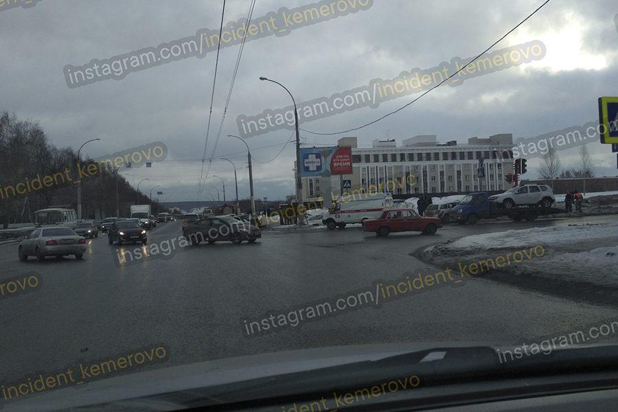 «Скорая», МЧС, ГИБДД: в Кемерове произошло серьёзное ДТП
