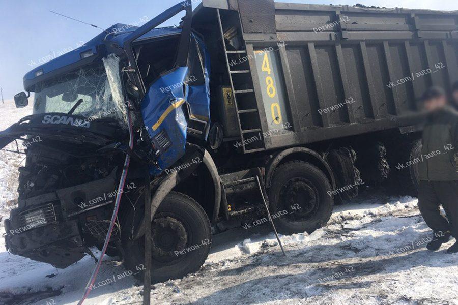 Видео и фото: в Кузбассе водителя зажало в смятой кабине грузовика