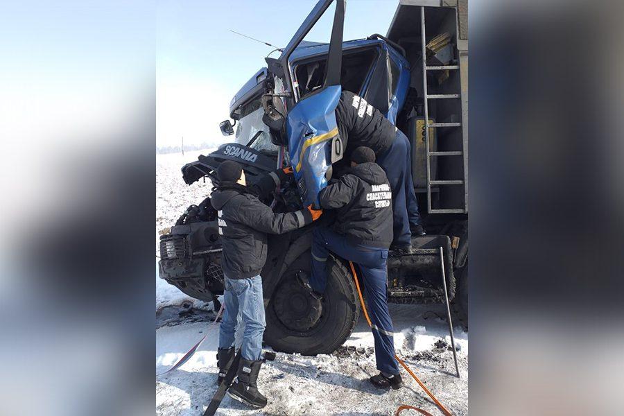 Зажатый в кабине грузовика кузбассовец серьёзно пострадал