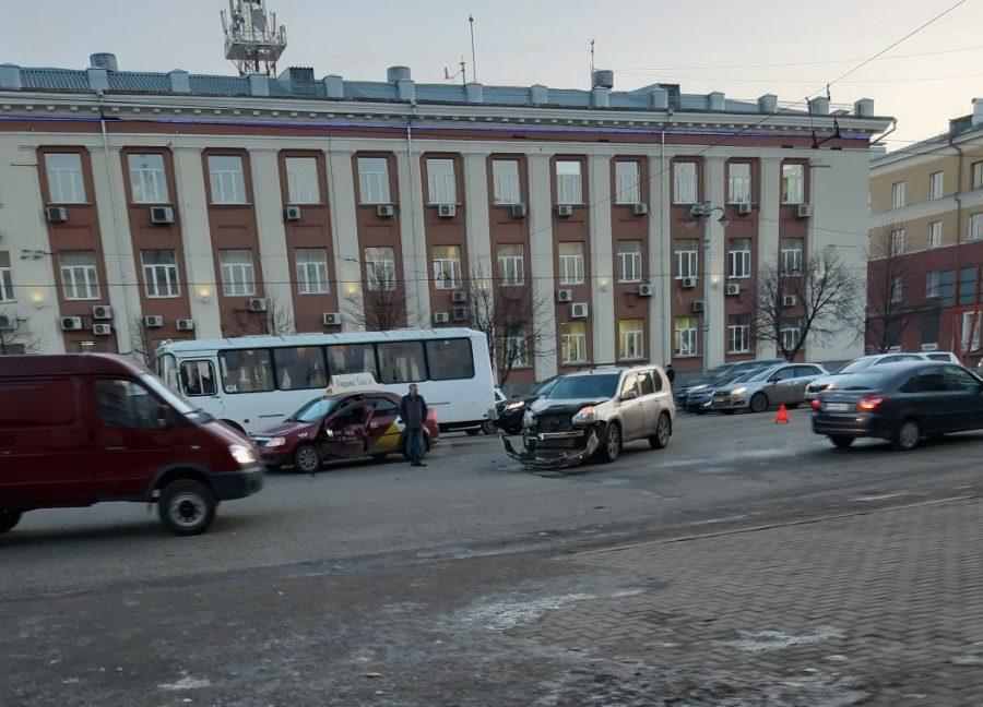 Видео момента ДТП: таксист протаранил легковушку в Кемерове