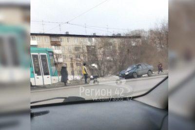 Фото: в Кемерове легковушка влетела в столб и заблокировала движение трамваев