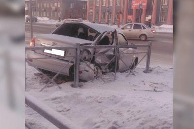 Фото: в Кемерове легковушку выбросило на тротуар после серьёзного ДТП