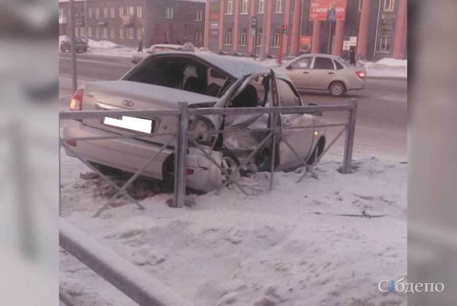 Есть пострадавший: подробности ДТП с легковушкой, вылетевшей на тротуар в Кемерове