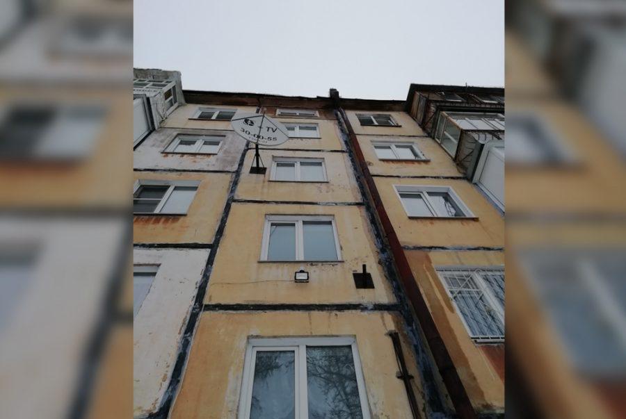 Глыба льда упала у подъезда кемеровской пятиэтажки: комментарий администрации