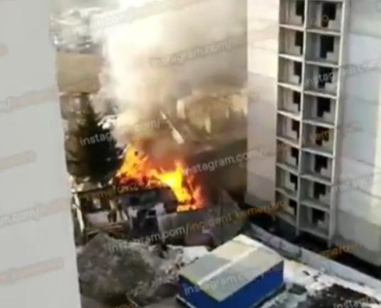 Видео: крупный пожар рядом со стройкой в Кемерове