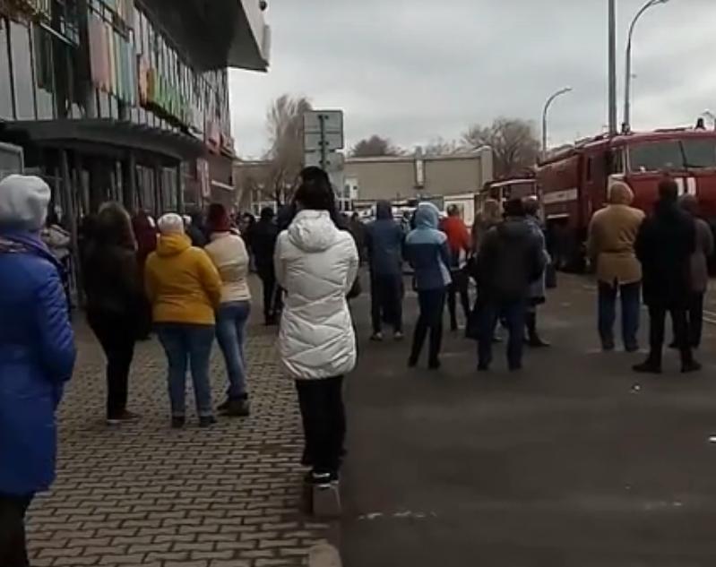 Видео с места эвакуации кемеровского ТЦ «Радуга»
