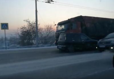 Видео: в Кемерове на мосту образовался затор из-за необычного ДТП