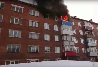 Вырывается пламя: видео серьёзного пожара в кузбасской пятиэтажке