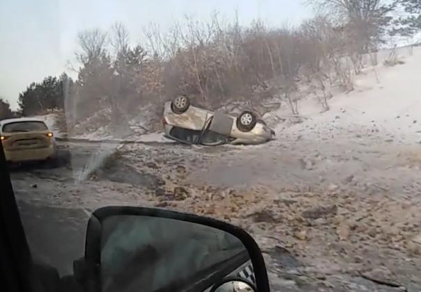 Видео: в Кемерове легковушка улетела в кювет и перевернулась на крышу