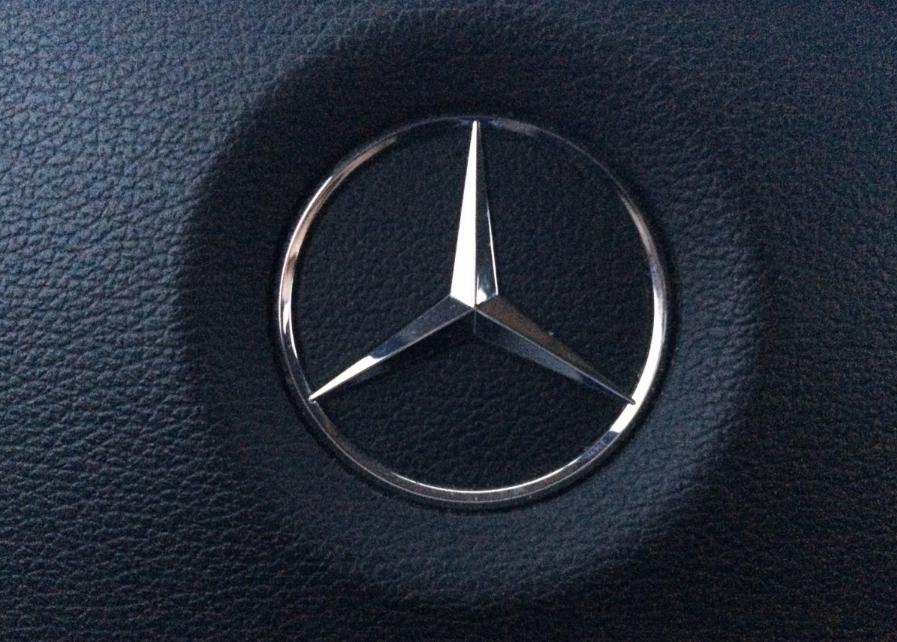 Фото: люксовый Mercedes с «блатными» номерами нагло проехал по тротуару в Кемерове