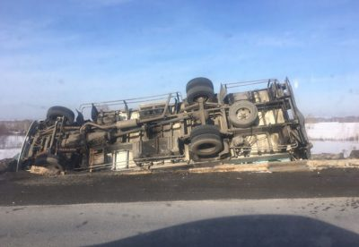 На кузбасской трассе перевернулся грузовик: появилось видео серьёзного ДТП