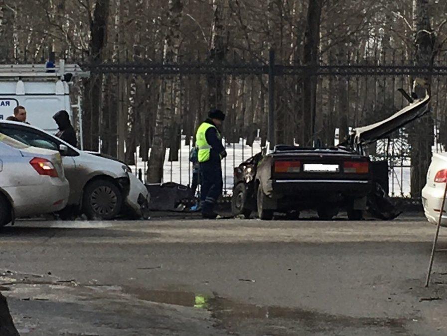 Авто осталось без крыши: видео страшного ДТП в Кемерове