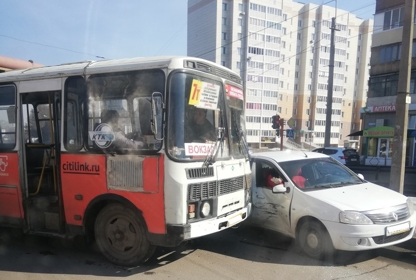 «Вылетели стёкла»: видео серьёзного ДТП с маршруткой в Кемерове