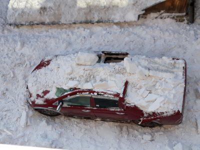 Видео: в Кемерове упавший с крыши снег превратил машину в груду металла