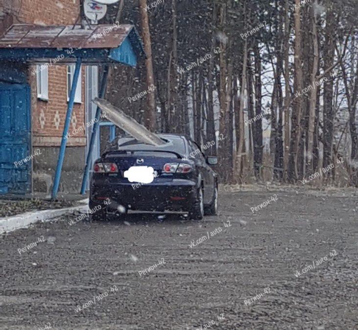 Пробитое авто и перевёрнутые остановки: что творит штормовой ветер в Кузбассе