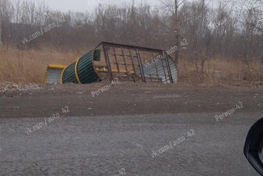 18 апреля в Мариинске штормовой ветер опрокинул два остановочных павильона