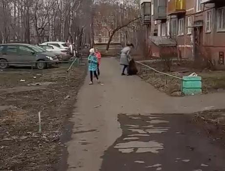 Видео: новокузнечанка избила ребёнка на улице