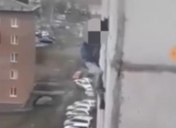 Видео: малолетний «человек-паук» покоряет многоэтажку в Кузбассе. Без страховки