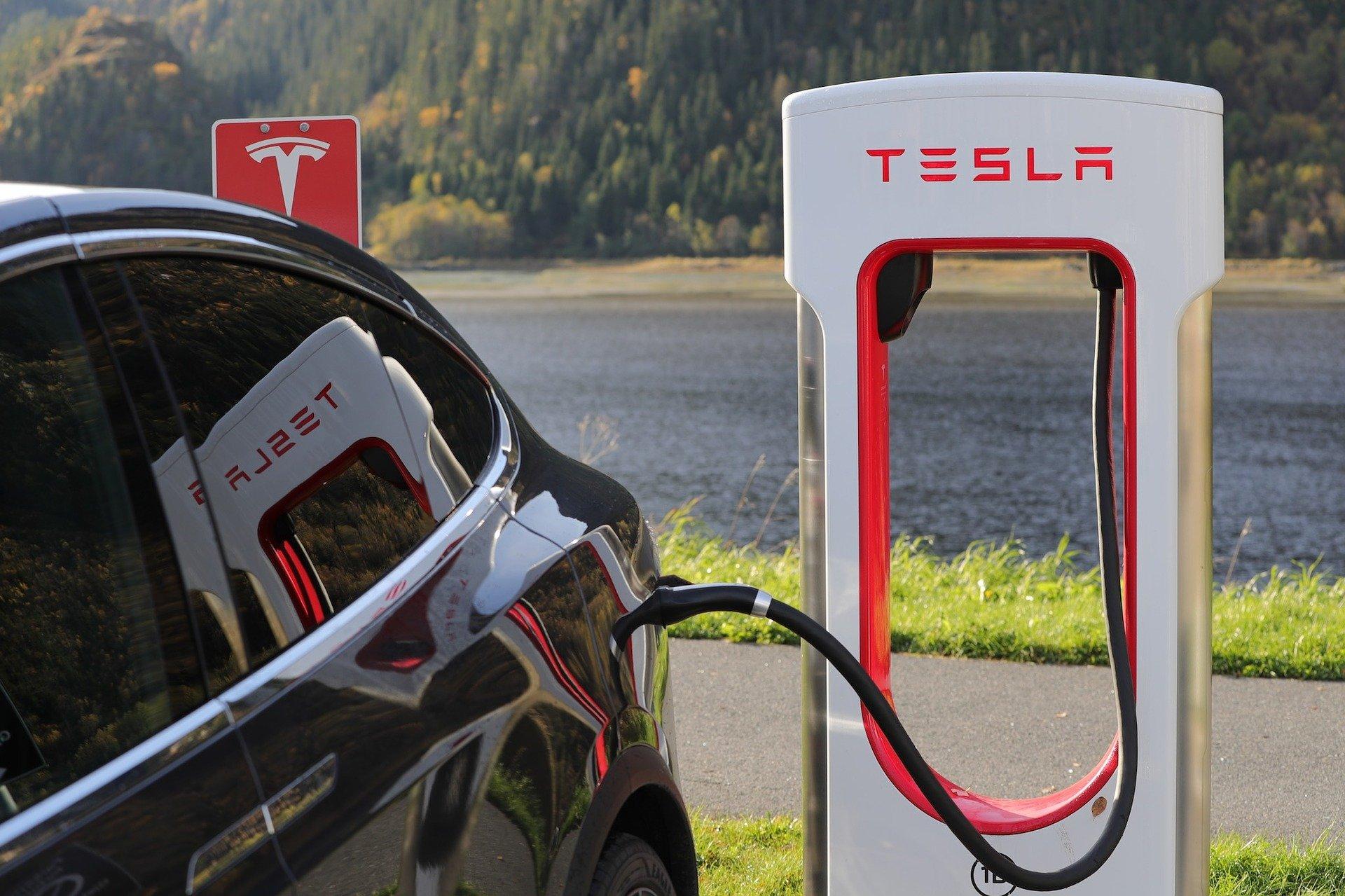 «Как Голливуд, только круче!»: питерцы, совершающие автопробег до Владивостока на Tesla, посетили Кемерово